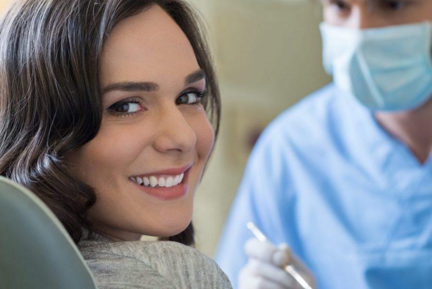 Trois raisons d'avoir les dents blanchies avant un entretien d'embauche