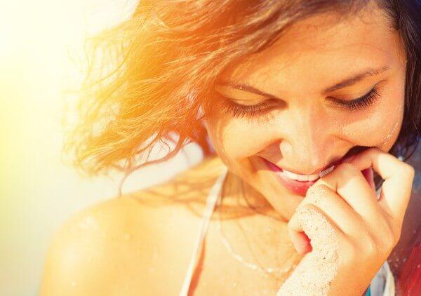 femme souriante comme elle a un regard positif inconditionnel pour elle-même