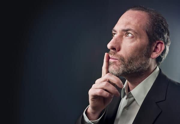 client hypnothérapie regardant dans la pensée à distance
