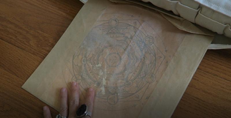 sacré goe imprimable dans un sac en parchemin dans un coussin de méditation